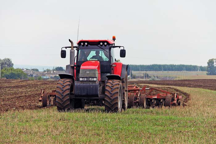 Своевременная вспашка трактором